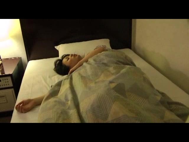 旅先で無防備に眠る人妻に...